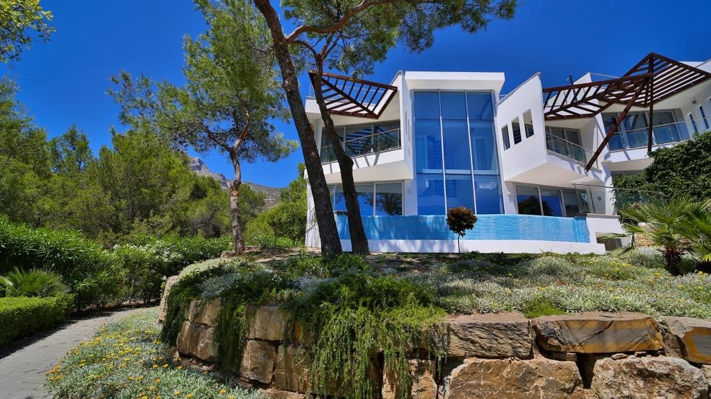 Exceptional new home in Sierra Blanca