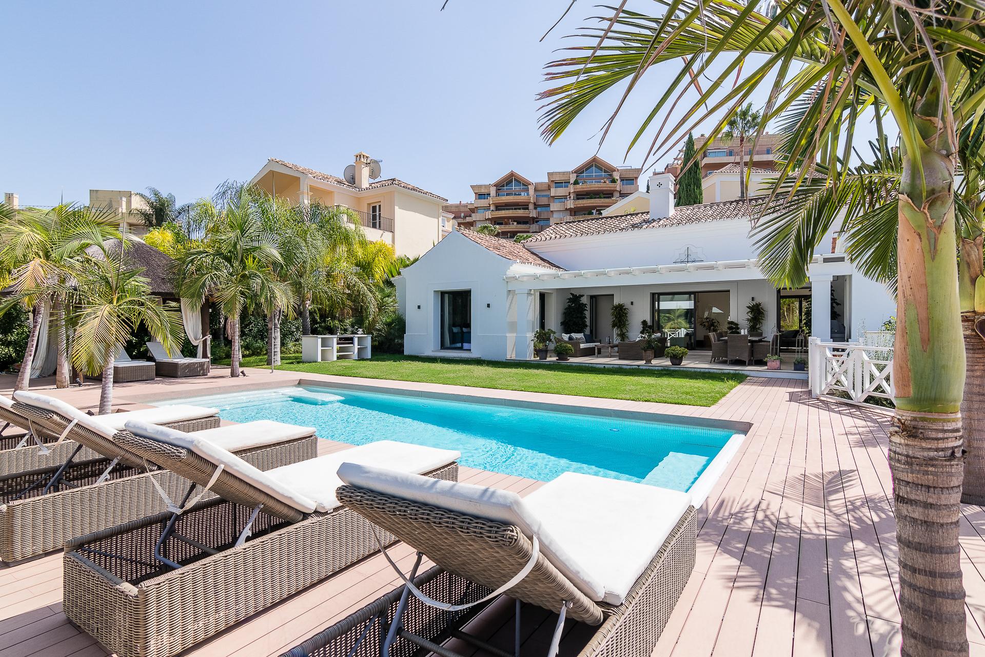 Exquisite villa in Los Naranjos