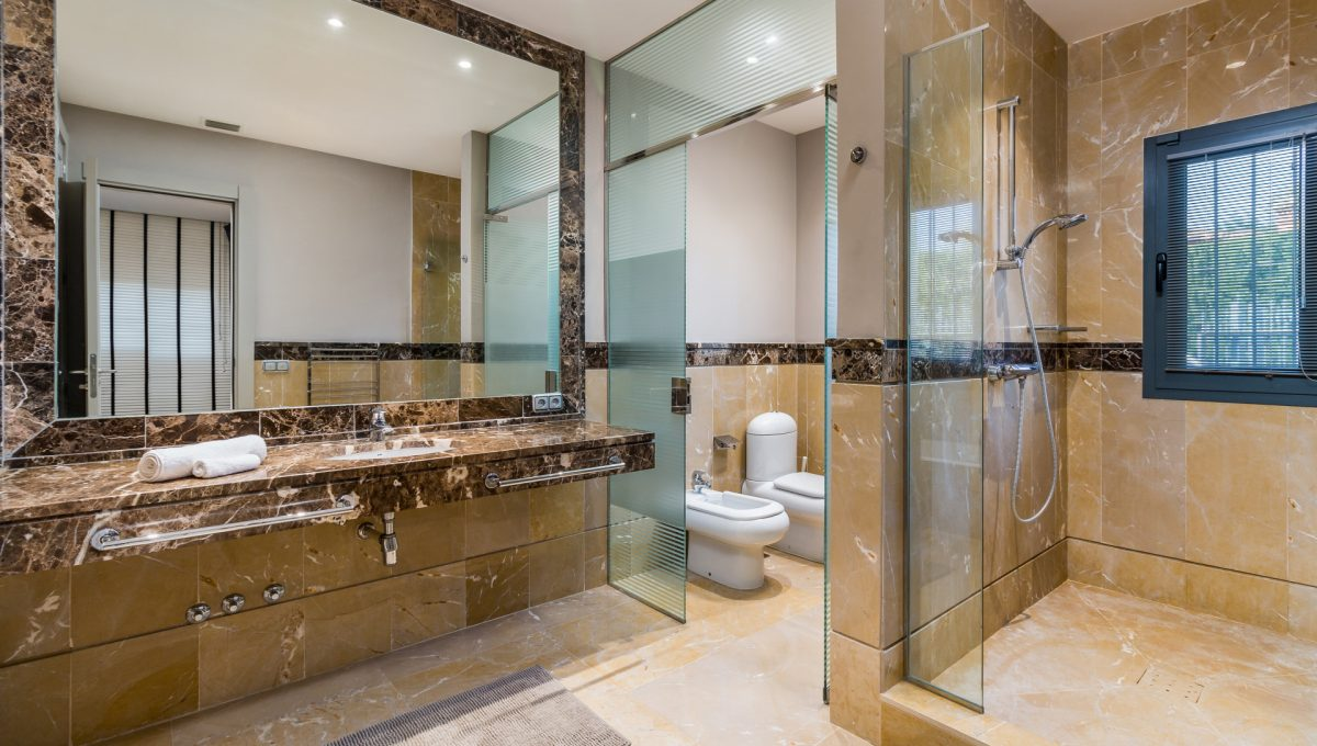villa-for-sale-in-la-quinta-master-bathroom