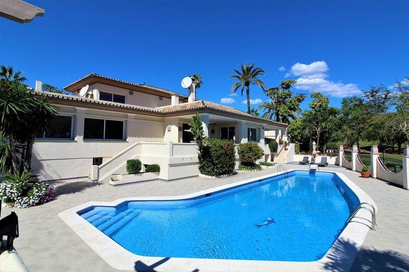 Frontline golf villa in Nueva Andalucia